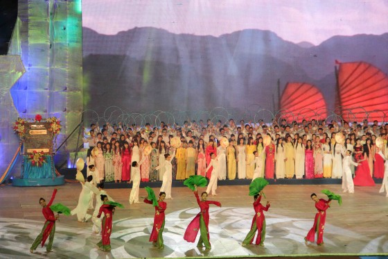The unveiled New7Wonders of Nature plaque was incorporated into a song-and-dance performance that paid tribute to Vietnam's history and culture.