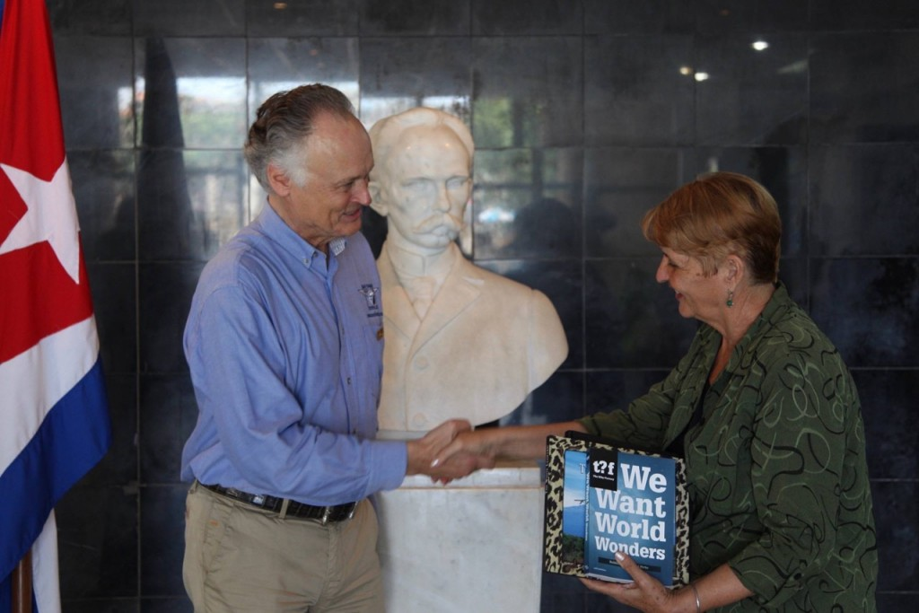 Bernard Weber, Founder-President of New7Wonders, presenting a copy of We Want World Wonders to Regla Perea, Directora of La Biblioteca Pública Rubén Martínez Villena, La Habana